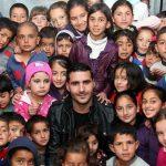 بالصور والفيديو: لاجئ سوري يحول خيمته إلى مدرسة في عمان