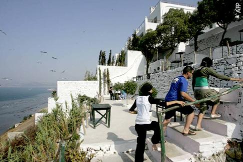 أماكن يجب زيارتها في طنجة - أبرز الأماكن التي يجب زيارتها في طنجة - مقهى الحافة