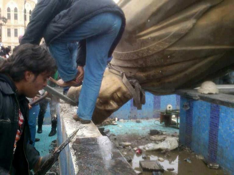 سقوط تماثيل طغاة العالم العربي - حافظ الأسد