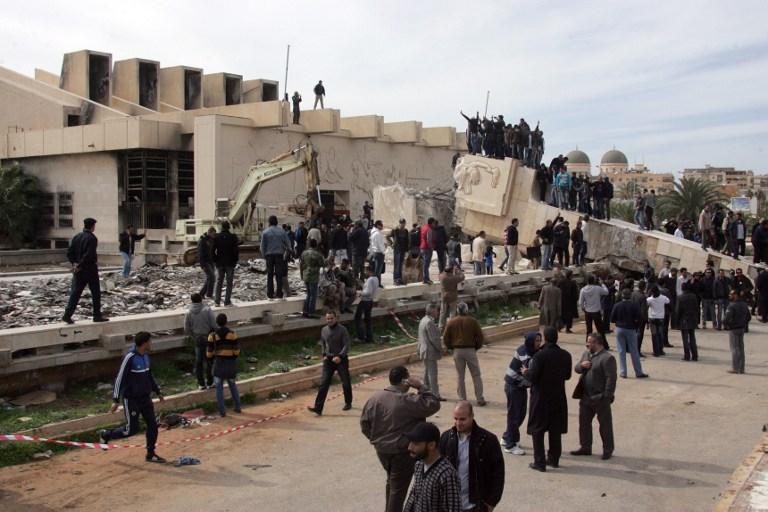 سقوط تماثيل طغاة العالم العربي - جمال عبد الناصر
