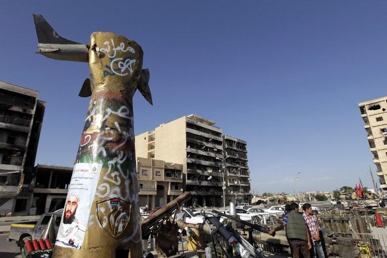 سقوط تماثيل طغاة العالم العربي - معمر القذافي