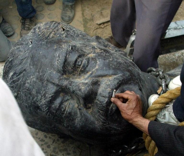 سقوط تماثيل طغاة العالم العربي - حسني المبارك