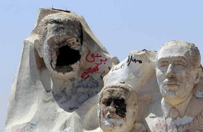 سقوط تماثيل طغاة العالم العربي - حسني مبارك