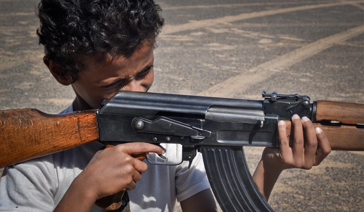 عمار، 11 عاماً، بين المدرسة والعمل والسلاح