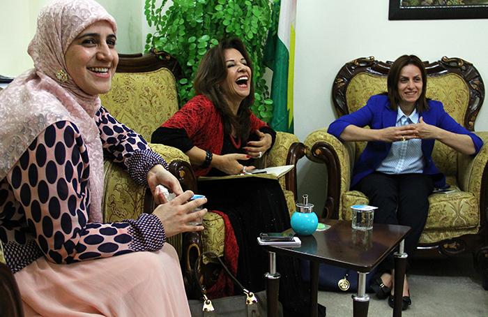 النساء في كردستان - النائبة «بروا علي حما» في الوسط وحولها النائبتان منيرة عثمان وبهار عبدالرحمن محمد