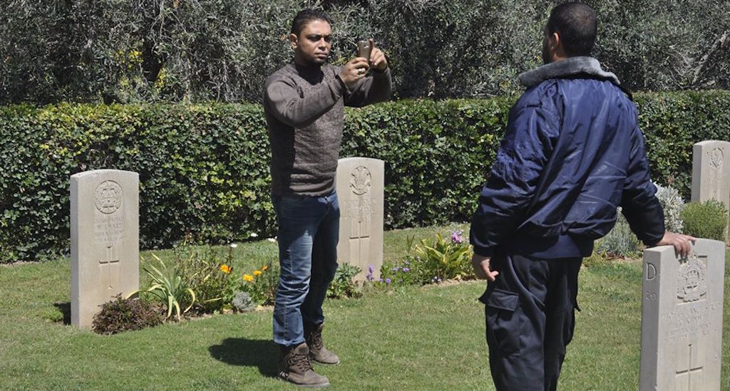 مقبرتا الجنود الحلفاء تتحولان إلى منتزهات لسكان غزة