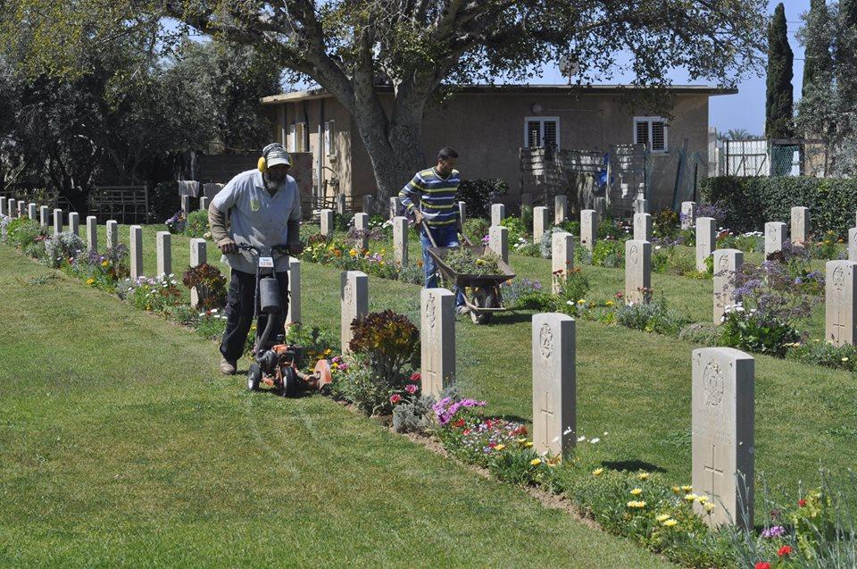 مقبرتا الجنود الحلفاء تتحولان إلى منتزهات لسكان غزة - صورة 3