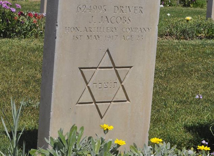 مقبرتا الجنود الحلفاء تتحولان إلى منتزهات لسكان غزة - صورة 2
