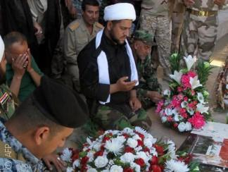 """العراقيون يحوّلون موقع """"مجزرة سبايكر"""" إلى مزار يصفه البعض بأنه مقدّس"""