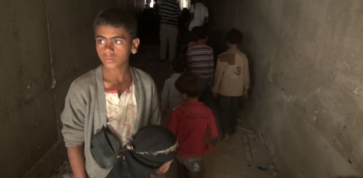 يمنيون تدمّرت منازلهم واضطروا للعيش في مجاري الصرف الصحي