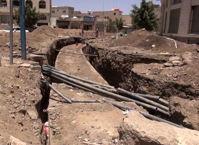 يمنيون يعيشون في مجاري الصرف الصحي بعد أن دُمّرت منازلهم - صورة 2