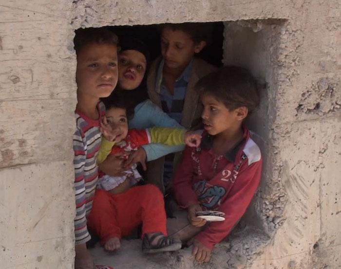 يمنيون يعيشون في مجاري الصرف الصحي بعد أن دُمّرت منازلهم - صورة 3