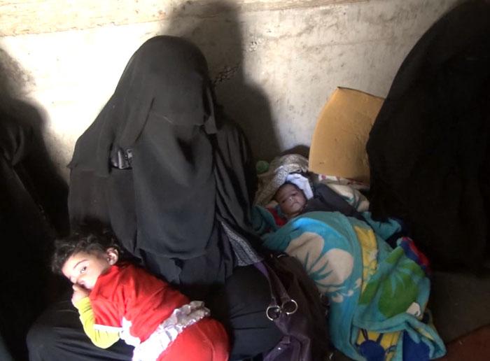 يمنيون يعيشون في مجاري الصرف الصحي بعد أن دُمّرت منازلهم - صورة 1