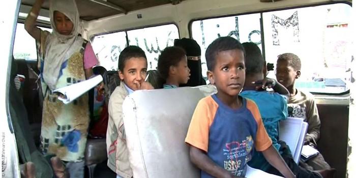 """""""موبايل سكول"""": مدرسة متنقلة تعلم أطفال اليمن القراءة والكتابة"""