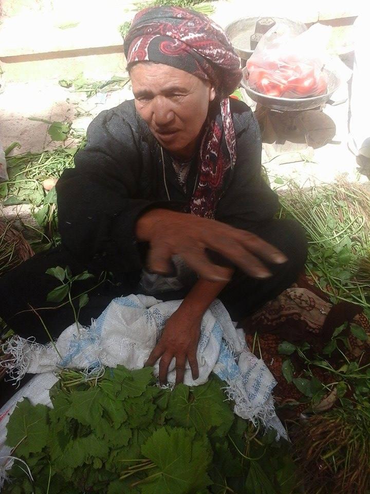مصريات يعملن وأزواجهن يتسامرون ويشربون الشاي - صورة 1