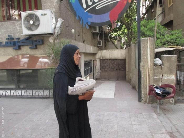 مصريات يعملن وأزواجهن يتسامرون ويشربون الشاي - صورة 2