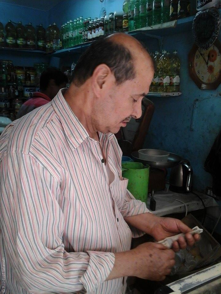مصريات يعملن وأزواجهن يتسامرون ويشربون الشاي - صورة 5