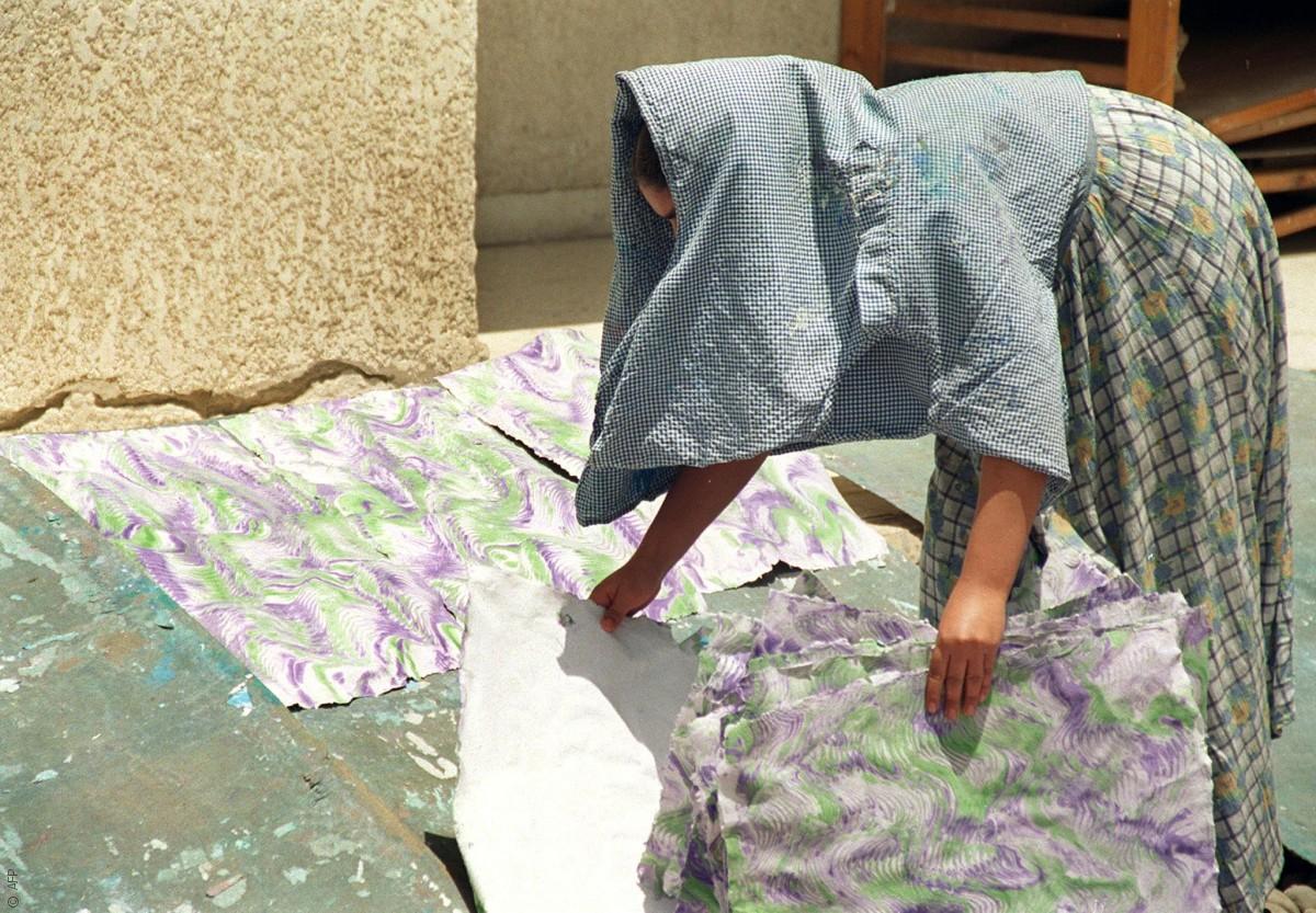 مصريات يعملن وأزواجهنّ يتسامرون ويشربون الشاي