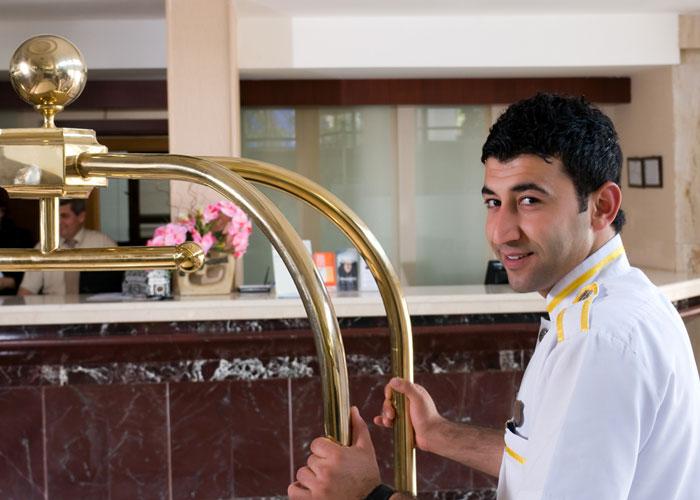 الفنادق في السعودية - عامل فندقي