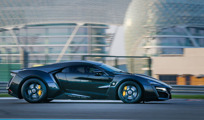 سيارة Lykan - سيارة باللون الأسود