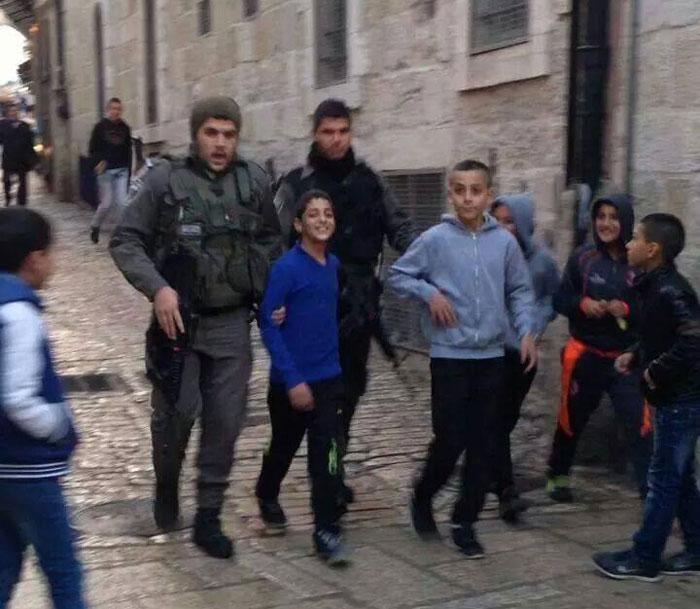 ابتسامة الشباب الفلسطيني لحظة اعتقالهم - صورة 3