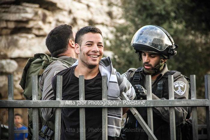 ابتسامة الشباب الفلسطيني لحظة اعتقالهم - صورة 2