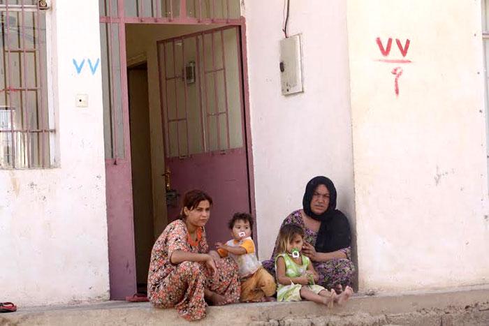 الغجر في كردستان .. غجر كردستان يتخلون عن حياة الترحال - إمراة-غجرية-مع-بنتها-جالسة-أمام-منزلها