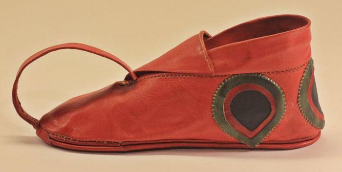 تاريخ الأحذية - حذاء-مغلق-من-الأسرة