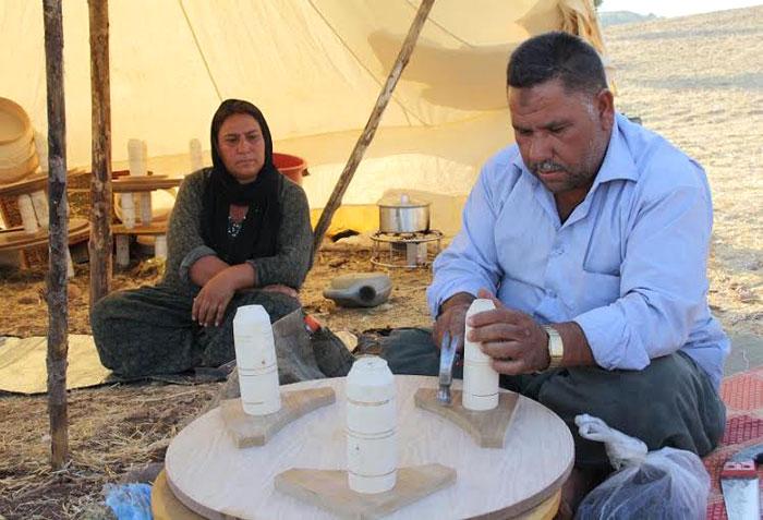 الغجر في كردستان .. غجر كردستان يتخلون عن حياة الترحال - غجري-يصنع-أدوات-منزلية