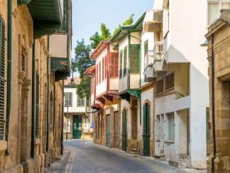 في قبرص الشمالية، السيارة بريطانية والطريق تركية