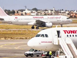 شاب تونسي يتصدّى وحيداً للقرار البريطاني بحظر السفر إلى بلاده
