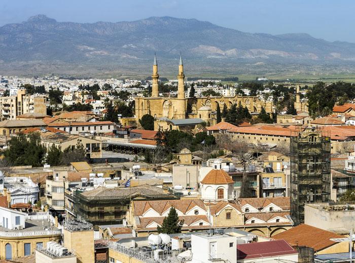 قبرص الشمالية .. السيارة بريطانية والطريق تركية