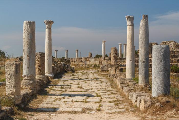 قبرص الشمالية .. السيارة بريطانية والطريق تركية - السياحة في الجزيرة