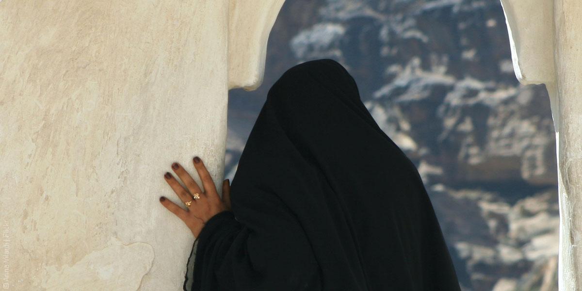 بنات شيوخ اليمن، الزواج من الأسرة أو الحرمان من الإرث
