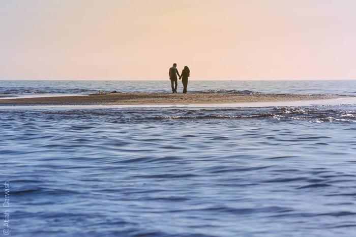 صور من غزة - رجل يمسك يد حبيبته على البحر