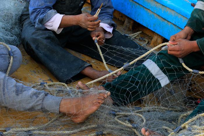 حي المكس في الإسكندرية - صياد سمك يحضر شباكه