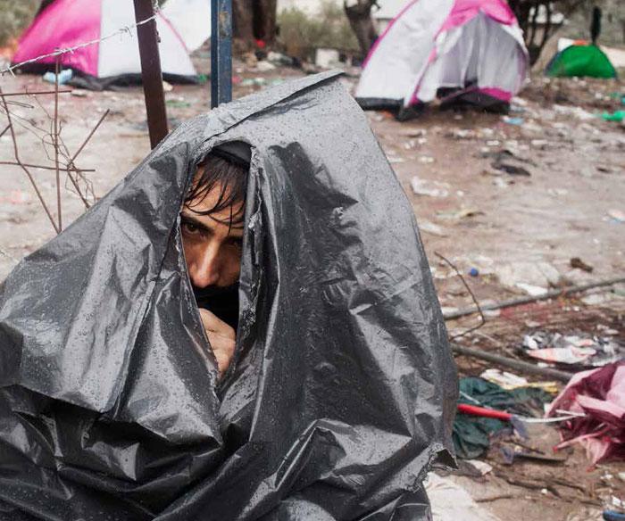 ازمة اللاجئين - رجل تحت المطر