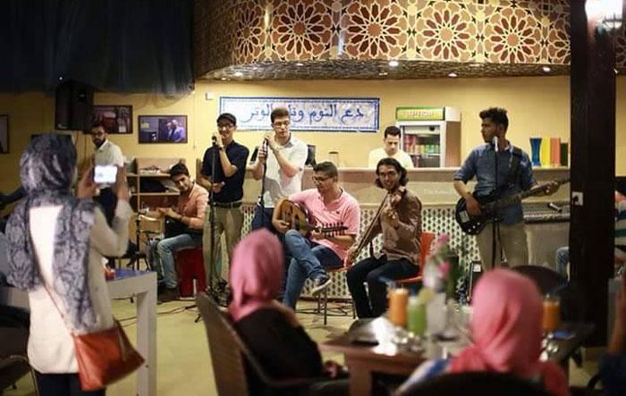 المقاهي في غزة - فرقة موسيقية شبابية داخل مقهى