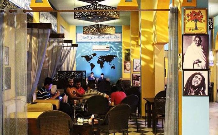 المقاهي في غزة - شباب داخل المقهى