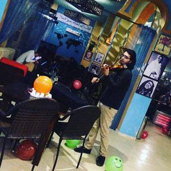 المقاهي في غزة - عازف على الكمان