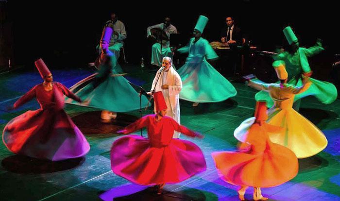 عامر التوني ينشد وسط حركات الراقصين - فرقة المولوية المصرية