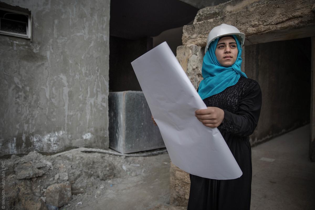 فتيات لاجئات - طفلة سورية بلباس المهندس