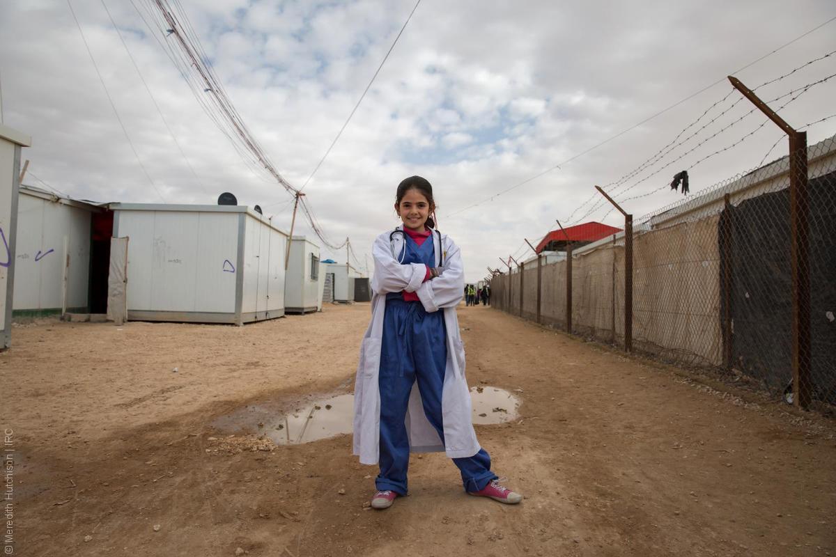 فتيات لاجئات - طفلة سورية نازحة بلباس الطبيب