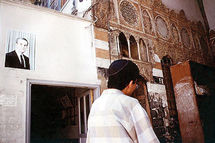 اليهود في سوريا - يهودي في المعبد وصورة للرئيس حافظ الأسد