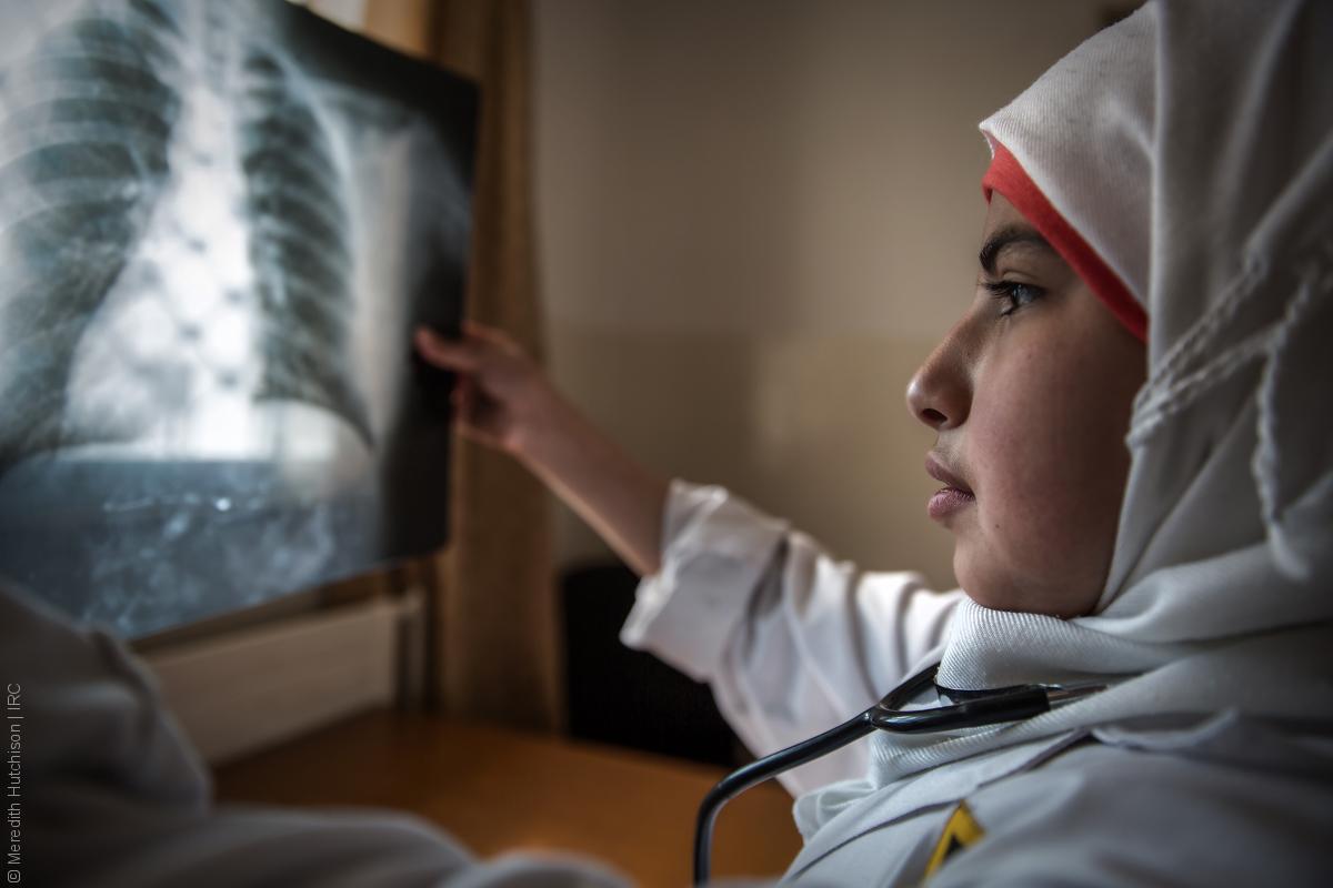 فتيات لاجئات - طفلة سورية بلباس طبيب