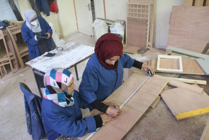 ماجدة مراد - نساء يعملن في معمل نجارة