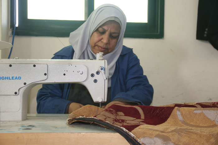 ماجدة مراد - امرأة تخيط