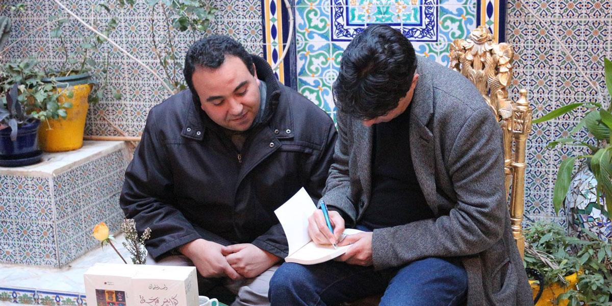 الكاتب التونسي وليد سليمان يحوّل نفسه إلى مكتبة متنقّلة