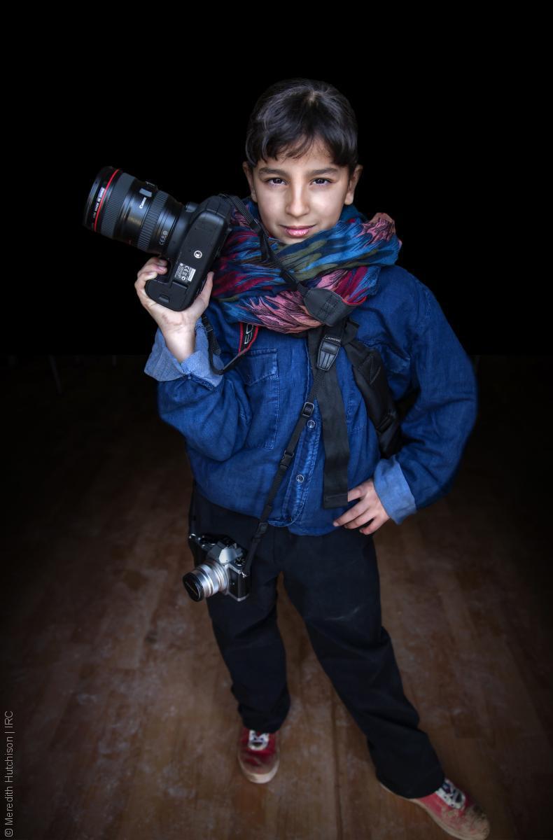 فتيات لاجئات - طفل سوري يحمل كاميرا