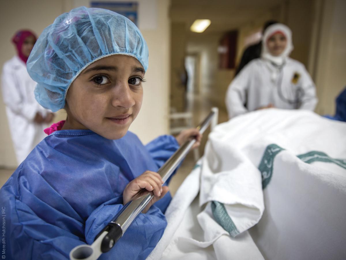 فتيات لاجئات - طفلة سوريا بلباس ممرضة